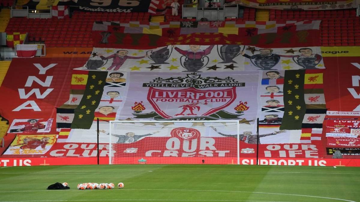 """Die Meisterzeremonie des FC Liverpool findet auf der Fantribüne """"The Kop"""" statt"""