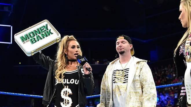James Ellsworth (r., mit Carmella) hat seinen Job bei WWE verloren