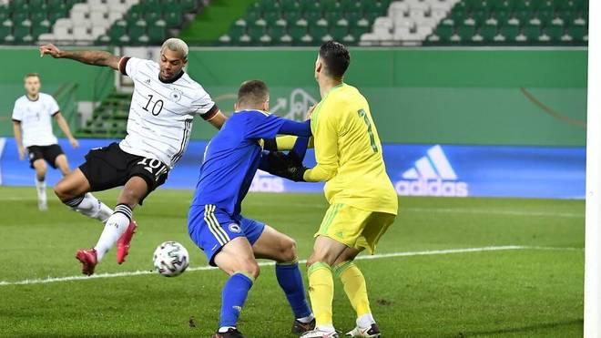 Lukas Nmecha (l.) traf für die deutsche U21-Nationalmannschaft per Hacke