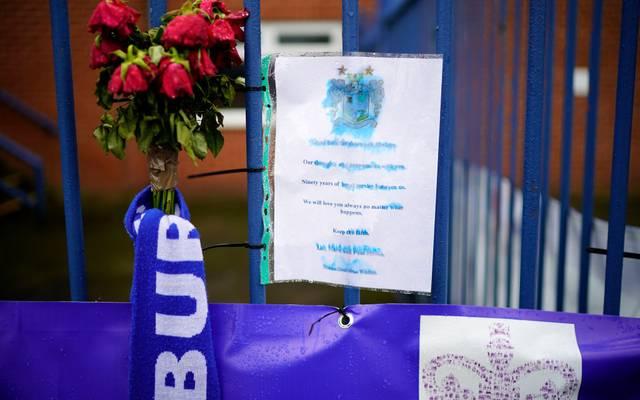 Fans des FC Bury brachten ihrer Trauer an der heimischen Gigg Lane zum Ausdruck
