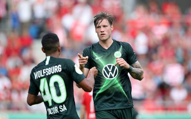 HALLE, GERMANY - AUGUST 12: Wout Weghorst (R) of Wolfsburg celebrates after scoring the 1-1 equalizer against Hallescher FC with Joao Victor Sa (L) of Wolfsburg during the DFB Cup first round match between Hallescher FC and VfL Wolfsburg at Erdgas-Sportpark on August 12, 2019 in Halle, Germany. (Photo by Ronny Hartmann/Bongarts/Getty Images)