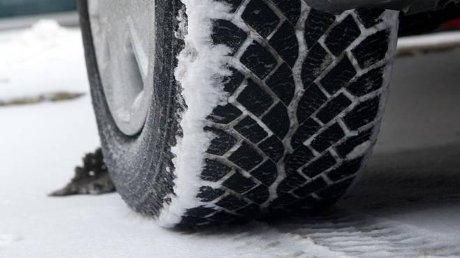 Auf schmalen Winterreifen lastet mehr Gewicht - sie drücken daher auch mehr Schnee beiseite