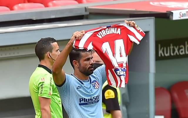 Diego Costa hält das Trikot einer Atlético-Spielerin hoch