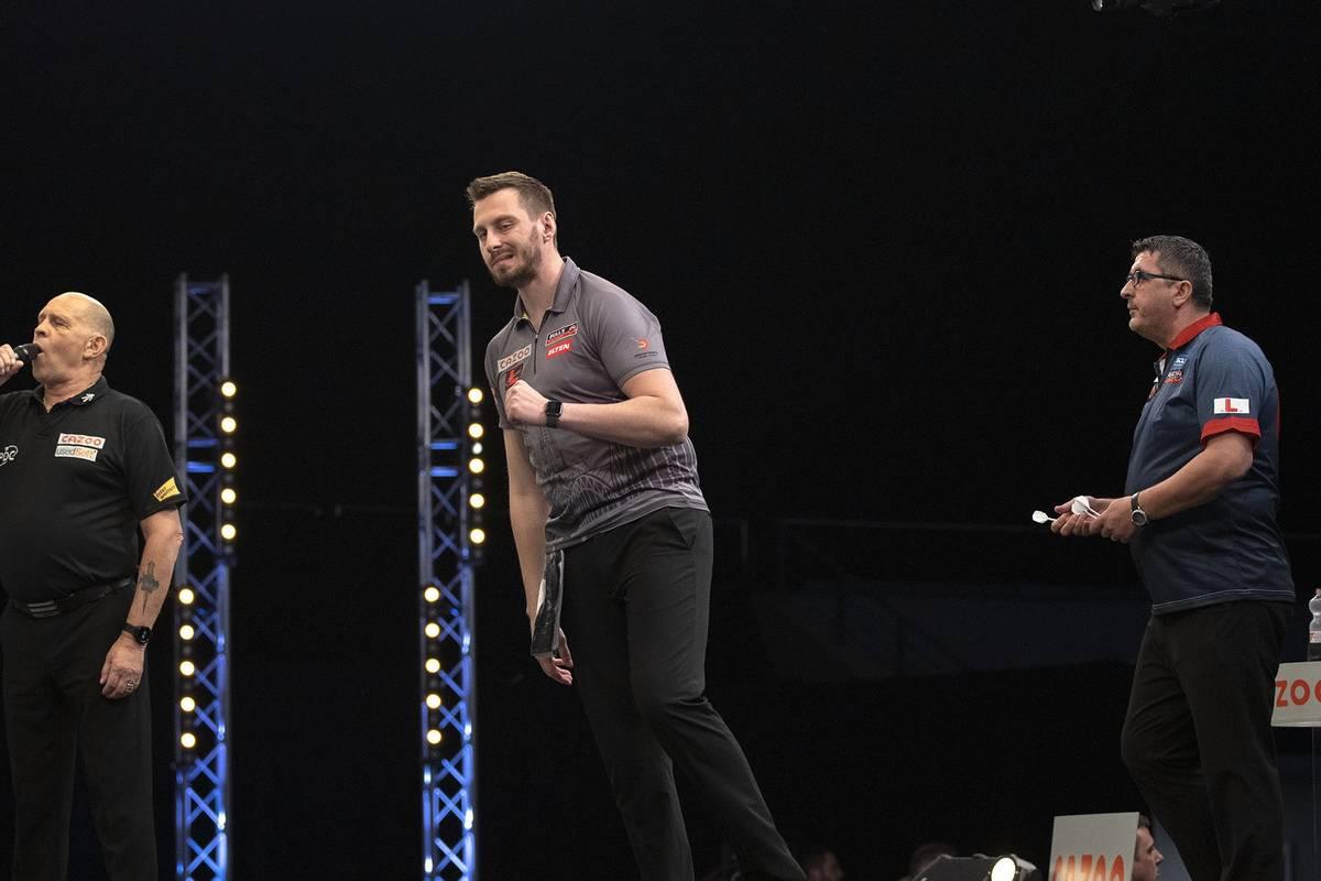 Der deutsche Darts-Shootingstar Florian Hempel begeistert nach dem Coup gegen Peter Wright auch gegen Mensur Suljovic. Das EM-Duell wird zum Thriller.