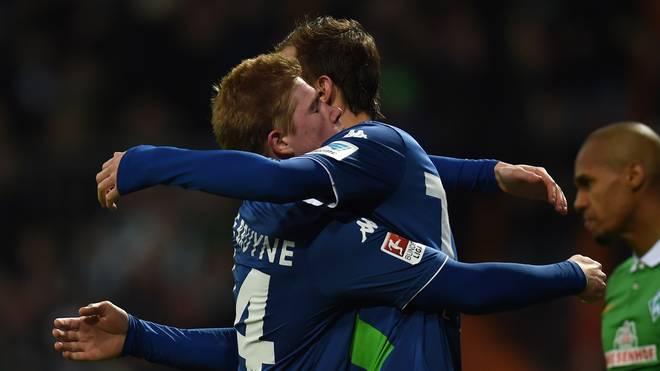 Kevin De Bruyne und Bas Dost vom VfL Wolfsburg jubeln bei Werder Bremen
