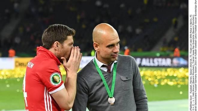 Xabi Alonso und Pep Guardiola nach dem DFB-Pokal-Finale 2016 gegen Borussia Dortmund