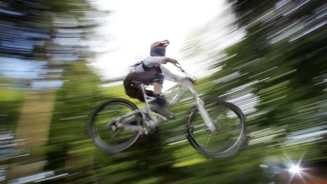 Ein Mountainbiker fährt im Wald: Die Auswahl der Strecken ist so groß, dass jeder die Herausforderung für sein individuelles Können findet