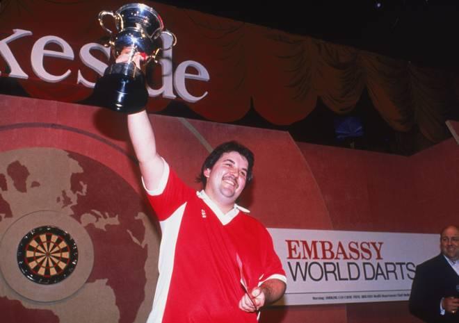 Phil Taylor reckt zum ersten Mal in seiner Karriere den WM-Pokal in die Höhe