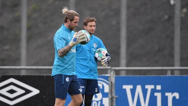 Ralf Fährmann (L) und Frederik Rönnow konkurrieren auf Schalke um die Nummer eins