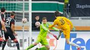 Marwin Hitz vom FC Augsburg trifft gegen Bayer Leverkusen