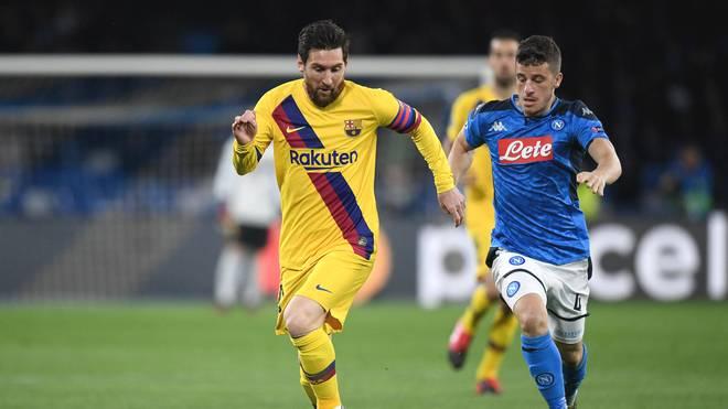 Barca-Superstar Lionel Messi (l.) wird von Diego Demme verfolgt
