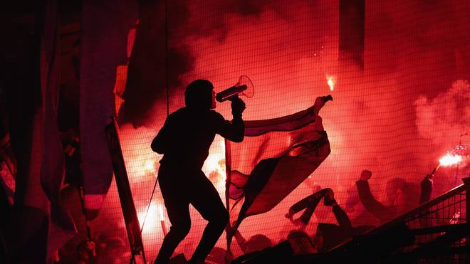 Fussball: Bernd Hoffmann vom Hamburger SV will Pyrotechnik legalisieren, Fans des Hamburger SV brennen zum wiederholten Male Pyrotechnik ab