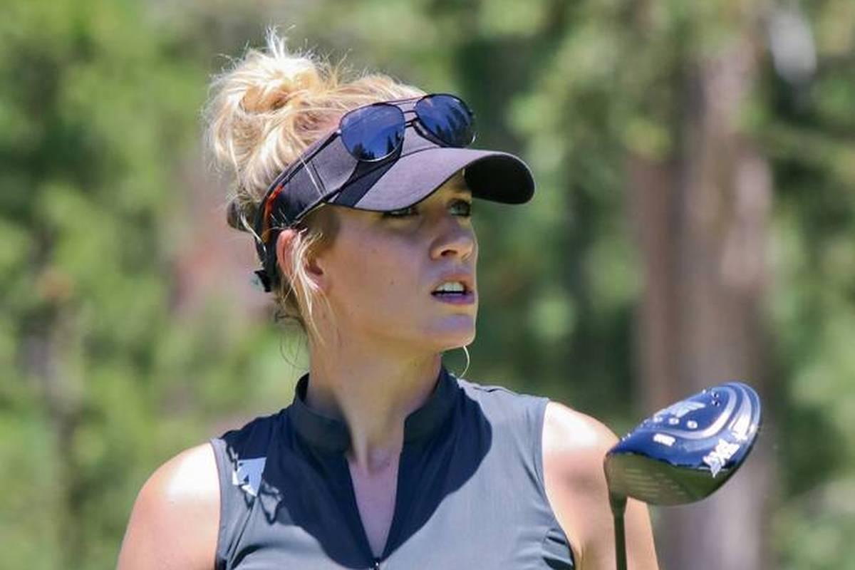 Golf-Sternchen Paige Spiranac gelingt bei einem Charity Event ein Hole-in-One. Eine Legende ist Anwesend und gratuliert per Umarmung.