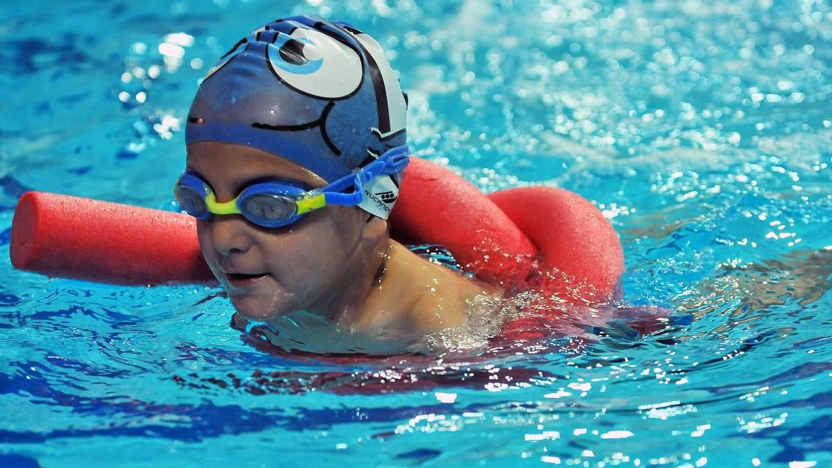 Zum Schwimmen können Kinder bereits in ganz jungen Jahren