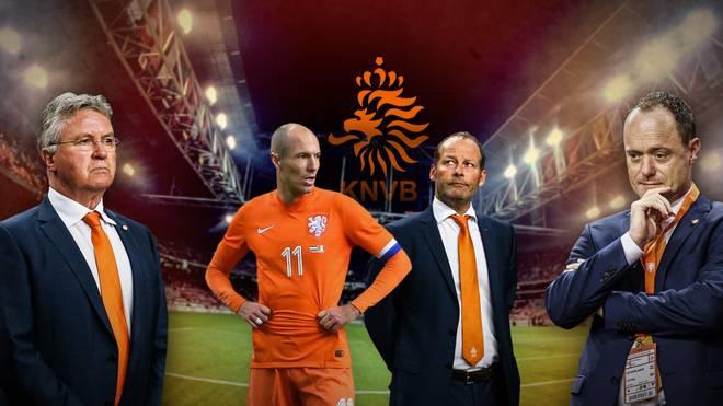 Arjen Robben und die Gesichter der Krise: Der zurückgetretene Coach Guus Hiddink (l.), Nachfolger Danny Blind (2.v.r.) und Verbandsboss Bert van Oostveen