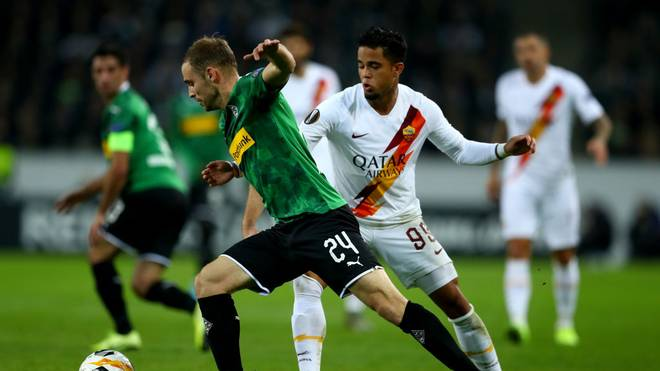 Tony Jantschke (l.) im Duell mit AS Roms Justin Kluivert