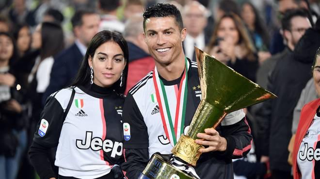 Serie A: Cristiano Ronaldo trifft Sohn mit Meister-Trophäe im Gesicht, Cristiano Ronaldo posiert mit seiner Freundin und der Meister-Tröphäe