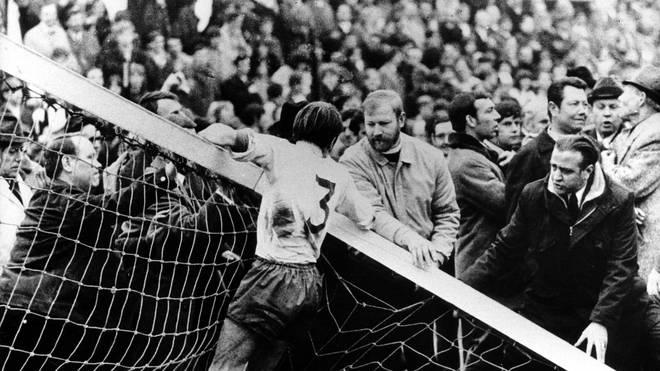 Am 3. April 1971 brach auf dem Mönchengladbacher Bökelberg im Spiel gegen Werder Bremen ein Pfosten. Das kostete die Borussia beinahe den Titel