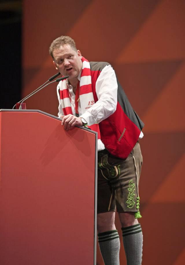Mit dem Herzen dabei: Hansi Gehrlein am Rednerpult bei der Jahreshauptversammlung des FC Bayern 2019