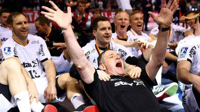 Alfred Gislason genoss den Triumph im EHF-Cup im Kreise seiner Mannschaft