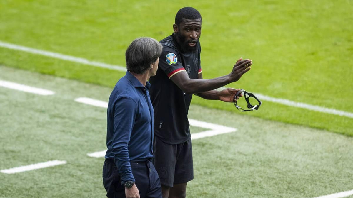 Bundestrainer Joachim Löw (l.) im Gespräch mit Antonio Rüdiger