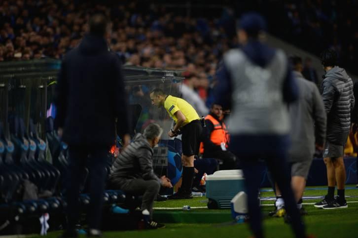 """""""Schande"""", """"Diebstahl"""", """"Albtraum"""": Das Achtelfinal-Aus des Vorjahres-Halbfinalisten AS Rom hat in Italien für einen Sturm der Entrüstung gesorgt. In Zentrum der Kritik stand nach dem 1:3 nach Verlängerung beim FC Porto vor allem Schiedsrichter Cüneyt Cakir. Der Türke hatte in der Verlängerung bei zwei möglichen Elfmeter-Entscheidungen den Videobeweis zur Hilfe gezogen. Während Porto einen Strafstoß zugesprochen bekam, verwehrte Cakir der Roma in der Nachspielzeit nach Ansicht der Videobilder einen Elfmeter. SPORT1 fasst die internationalen Pressestimmen zusammen"""