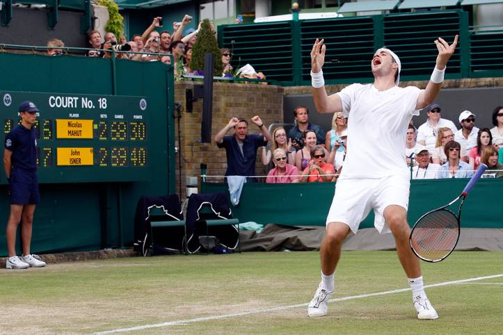 11:05 Stunden für die Ewigkeit - mehr Tennis, als John Isner und Nicolas Mahut 2010 in Wimbledon spielten, wird es in einem Match wohl nie wieder geben. Am 24. Juni vor zehn Jahren endete auf Platz 18 des All England Club das mit Abstand längste Match der Tennisgeschichte. Der US-Amerikaner Isner setzte sich am dritten Tag der einzigartigen Partie gegen den Franzosen Mahut mit 70:68 (!) im fünften Satz durch