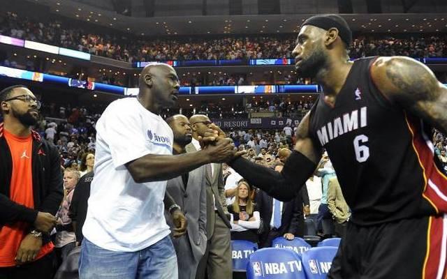 LeBron James (r.) und Michael Jordan bei einer Begegnung 2014