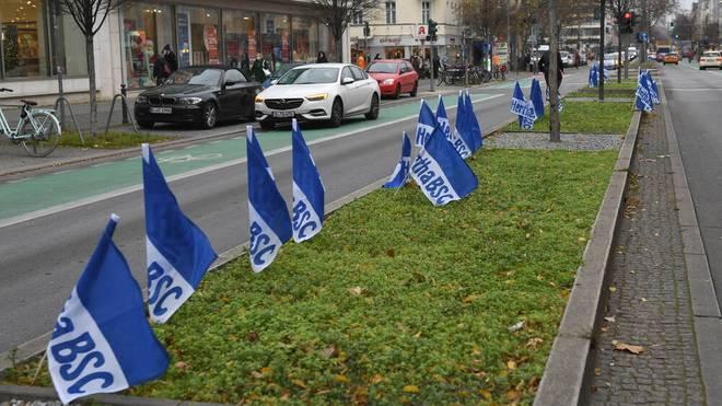 Die Hertha-Fahnen in Berlin werden von Ordnungsamt und Polizei entfernt