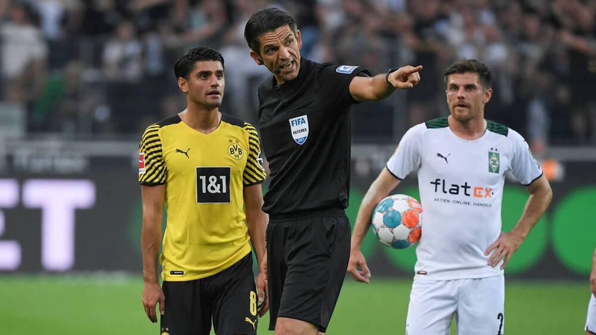 Schiedsrichter Deniz Aytekin (M.) erklärt Mahmoud Dahoud seine Entscheidung