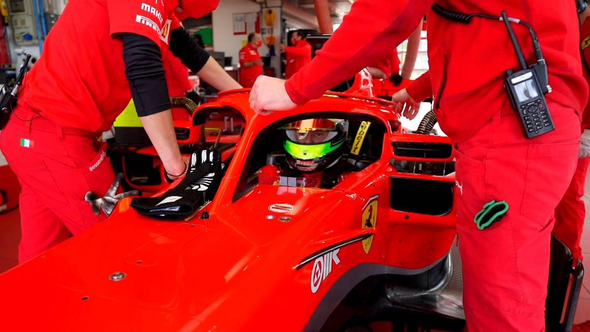 Es ist Mick Schumachers nächster Schritt auf dem Weg zum Formel-1-Piloten: In Fiorano absolvierte Sohn von Rekordweltmeister Michael Schumacher Testfahrten auf der hauseigenen Ferrari-Rennstrecke.