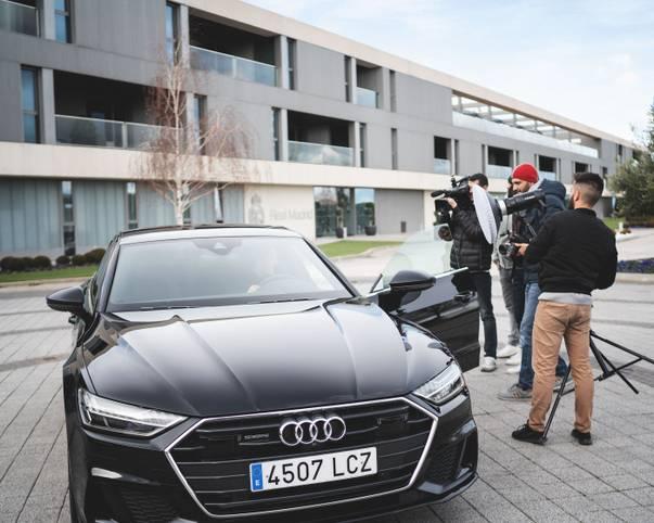 Diverse Kameras, Blitzlichtgewitter und jede Menge neue Autos. Die Stars von Real Madrid haben am Montag ihre neuen Dienstwagen von Sponsor Audi bekommen