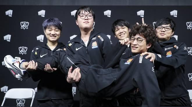 """Mit 12 zur Adoption freigegeben, mit 19 einer der besten LoL-Spieler der Welt: Tang """"huanfeng"""" Huan-Feng (vorne) war einer der Top-Rookies 2020"""