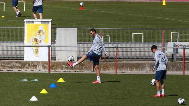 Niklas Süle (M.) arbeitete auf dem Platz weiter an seinem Comeback