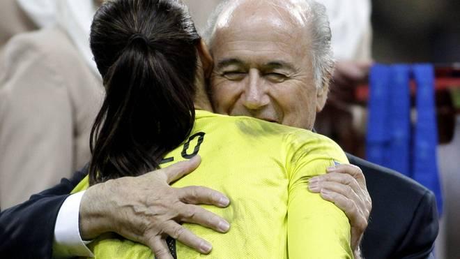 Bei der Siegerehrung nach dem Finale der Frauen-WM 2011 in Deutschland hatte Sepp Blatter (h.) Hope Solo bereits an seine Brust gedrückt