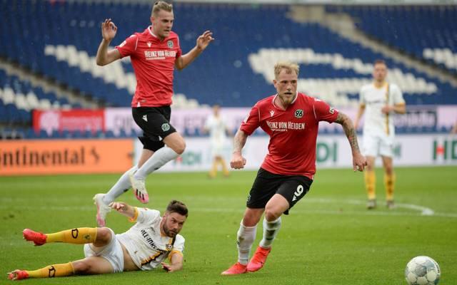 Hannover 96 (rot) setzte sich klar gegen Dynamo Dresden durch