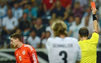 Allerdings spielt das DFB-Team mit einer B-Elf und gut eine Stunde in Unterzahl. Ersatztorwart Ron-Robert Zieler sieht bereits nach 30 Minuten die Rote Karte. Der eingewechselte Marc-Andre ter Stegen hält zwar den folgenden Elfmeter von Messi, muss anschl