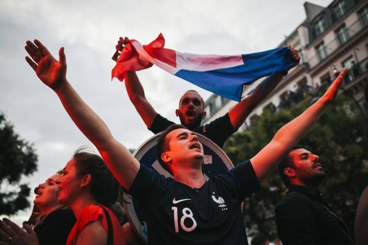 Ekstase und Freudentaumel in Paris nach dem Finaleinzug der Equipe Tricolore bei der WM in Russland. Nun möchte sich Frankreich im Finale gegen Kroatien zum zweiten Mal nach 1998 die Krone aufsetzen und den Lohn für die Mühen der letzten Jahre einfahren