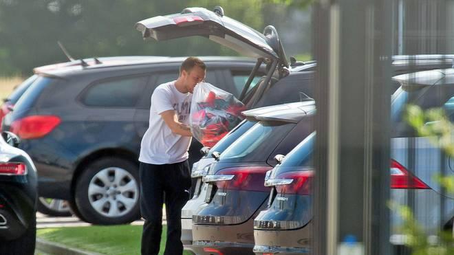 Kevin Großkreutz räumt sein Auto ein