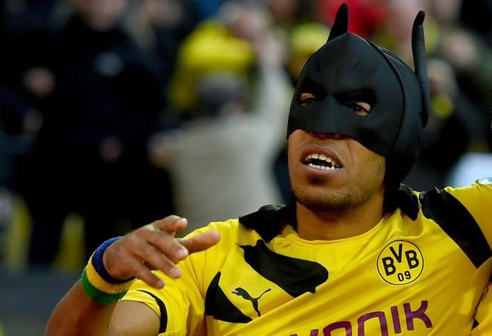 Borussia Dortmund und Schalke 04 geben sich im Head to Head nicht viel. Sollte Aubameyang (im Bild beim legendären Torjubel als Batman) fit sein, macht er in der Offensive den kleinen, aber feinen Unterschied