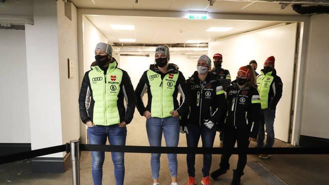 Die deutschen Alpin-Frauen um Lena Dürr (l.) bei der Pressekonferenz vor dem Weltcup-Start in Sölden