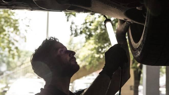 Mechaniker bei der Autoreparatur