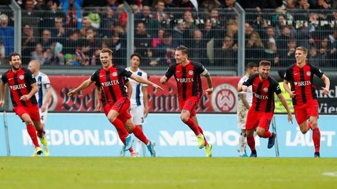 Wiesbadens Torschütze Törles Knöll (2.v.l.) ist vom 1. FC Nürnberg II an Wehen ausgeliehen.