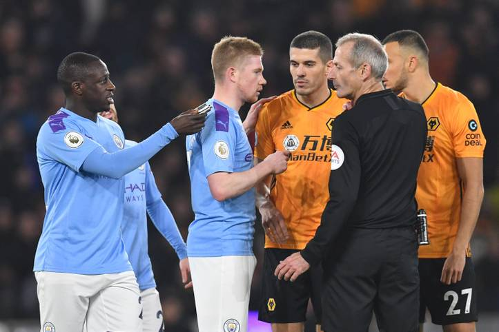 Ehe die Wolverhampton Wanderers mit 3:2 gegen Manchester City gewannen, heizten einige Fans die Stimmung mit Wurfgeschossen an. Nach dem ersten Tor von City-Profi Raheem Sterling flog unter anderem ein Flachmann auf den Rasen, den Benjamin Mendy (l.) dem Schiedsrichter übergibt