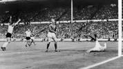 LOTHAR EMMERICH: Fast ein ganzes Jahrzehnt verbrachte der Mittelstürmer beim BVB (1960 bis 1969). In dieser Zeit gelangen ihm 148 Tore in 246 Spielen. Der gebürtige Dortmunder (links im Bild) absolvierte nur fünf Länderspiele, eines davon war aber das legendäre WM-Finale 1966 gegen England (2:4 n.V.)