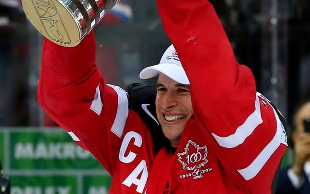 Sidney Crosby bei der Weltmeisterschaft 2015 mit dem Pokal