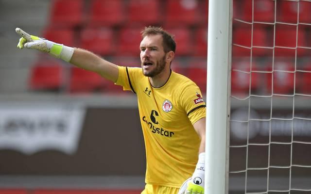Torhüter Himmelmann vom FC St. Pauli hofft, sein Tor gegen Heidenheim sauber zu halten