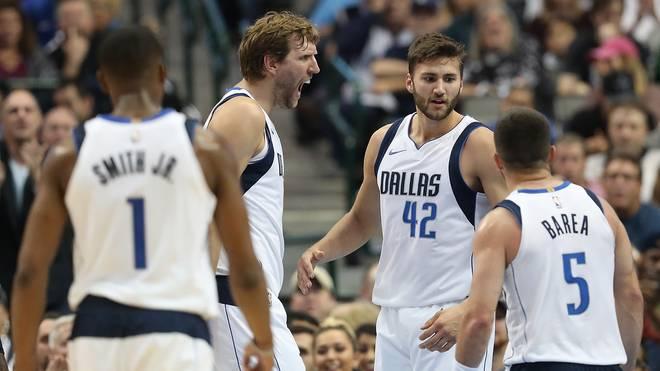 Dirk Nowitzki feiert mit den Dallas Mavericks gegen die Hornets den zweiten Sieg in Folge
