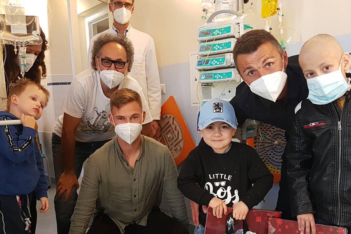 Joshua Kimmich ist nicht gegen das Coronavirus geimpft. In diesem Rahmen rückt ein Besuch des Bayern-Stars in einer Klinik in den Fokus.