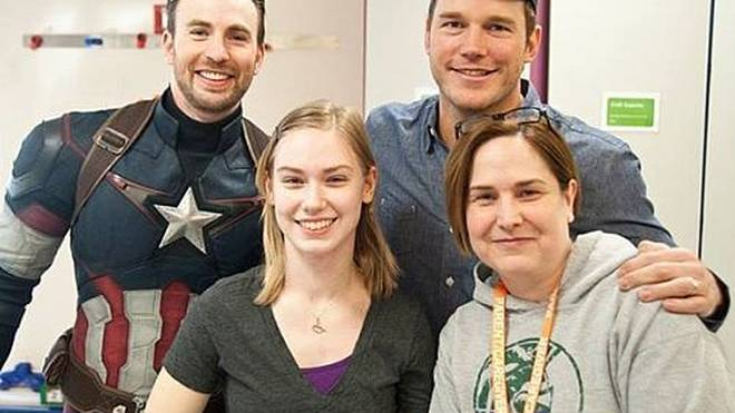 Superhelden zum Anfassen: Chris Evans alias 'Captain America' und Chris Pratt aka 'Star-Lord' mit einer Patientin im Seattle Children's Hospital.